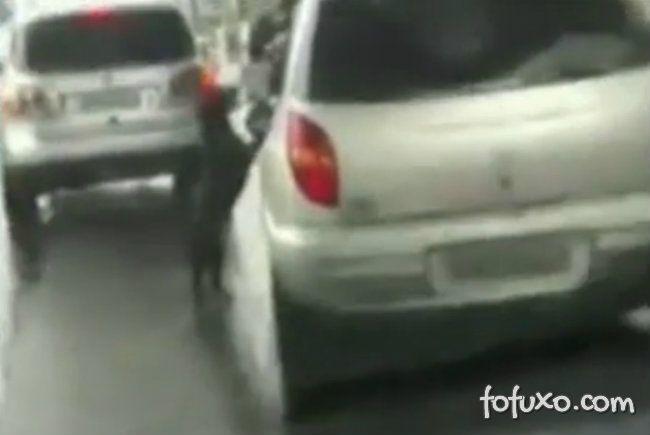 Mulher abandona cachorro em rodovia movimentada