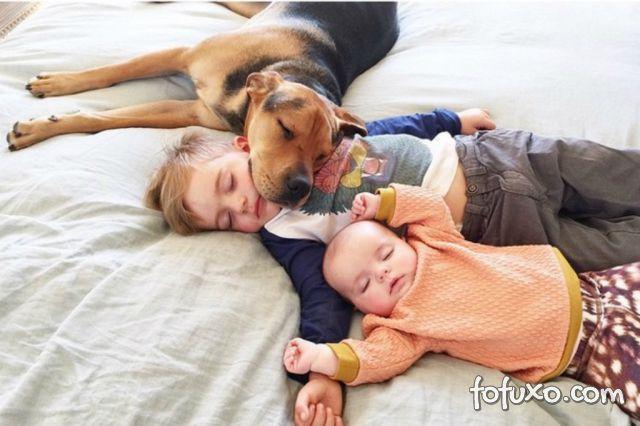 Mãe faz sucesso na web com fotos do seu cachorro junto com seus filhos