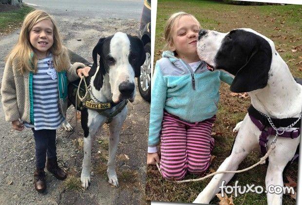 Menina com síndrome rara aprende a andar com ajuda de cachorro