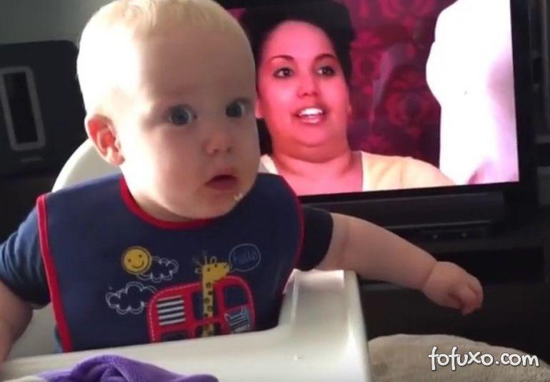 """Bebê fica """"chocado"""" quando cachorro come o seu biscoito"""