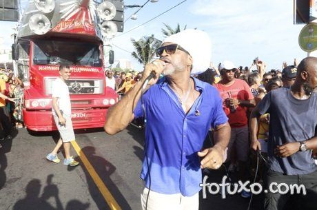 Carlinhos Brow para desfile de carnaval de rua para dar água para os cachorros