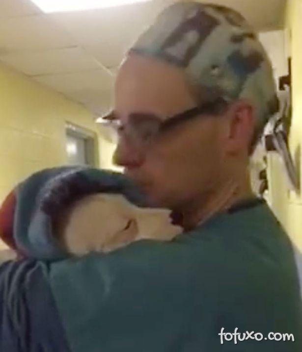 Homem acalma cachorrinha que sai da cirurgia