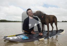 Homem e Cachorro quebram recorde no surf