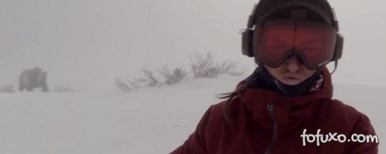 Mulher é perseguida por urso enquanto pratica snowboarding