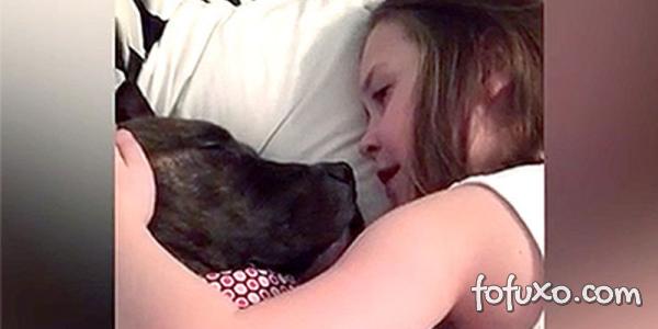 Menina canta música para o seu cão cujo dono teve que ir para a guerra
