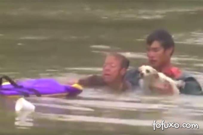 Homem resgata mulher e cachorro