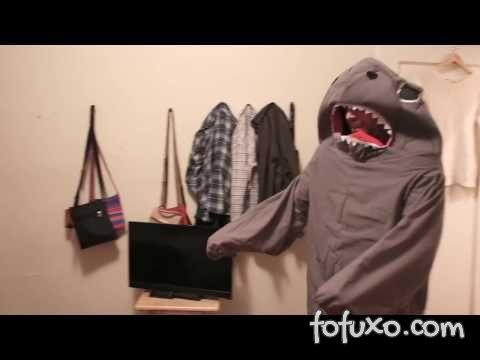 Dono assusta gato se vestindo de tubarão
