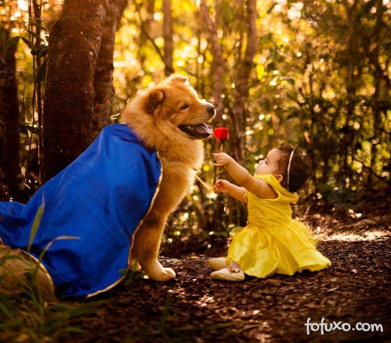 Fotógrafa faz ensaio temático de A Bela e a Fera com bebê e cachorro