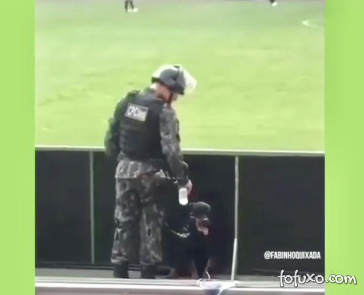 Policial viraliza oferecendo água para cachorro durante o trabalho