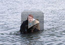 Policial salva cachorro atravessando águas geladas