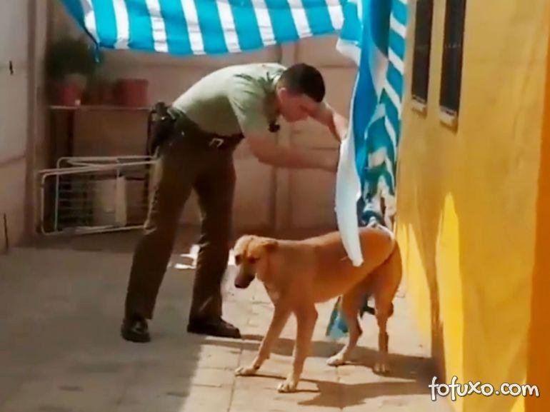 """Vídeo mostra policial chileno """"salvando"""" cão dentro de casa"""