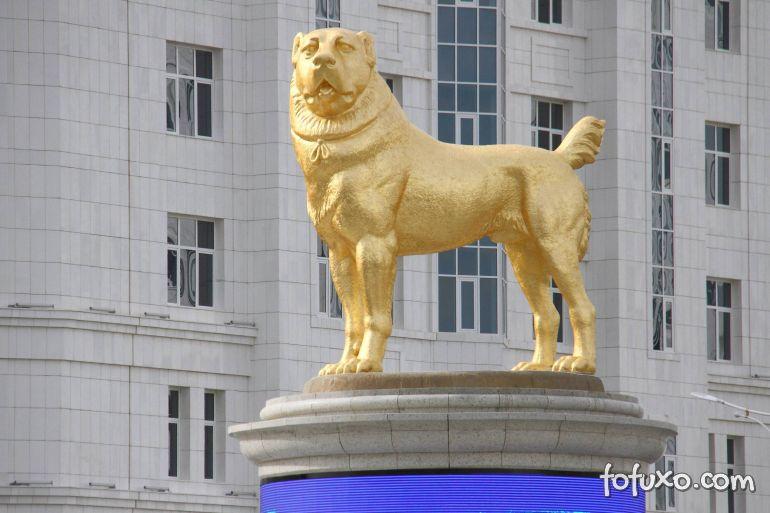 Presidente do Turcomenistão inaugura estátua de cachorro dourada