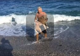 Homem leva cachorro idoso e imóvel para conhecer o mar