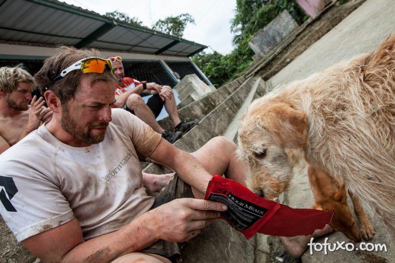 Equipe de corrida de aventura ganha companhia inusitada de cachorro