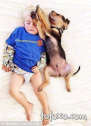Mãe faz sucesso na web com fotos do seu cachorro junto com seus filhos - Foto 2