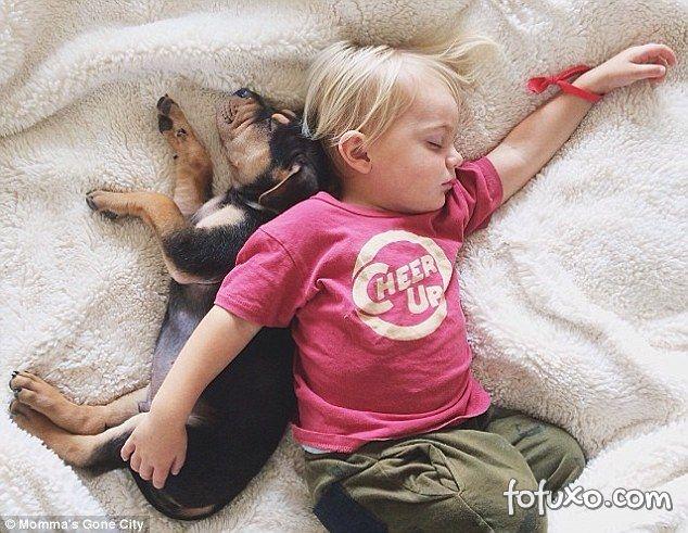 Mãe faz sucesso na web com fotos do seu cachorro junto com seus filhos - Foto 3