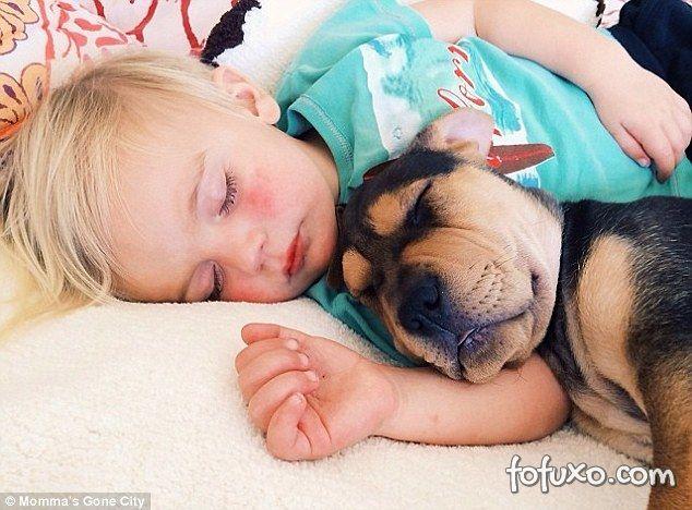 Mãe faz sucesso na web com fotos do seu cachorro junto com seus filhos - Foto 4
