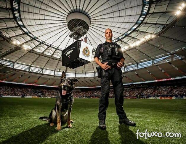 Polícia canadense faz calendário com fotos de seus cães 1