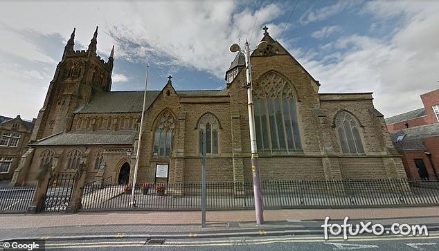 Cachorro é abandonado dentro de igreja carta de despedida