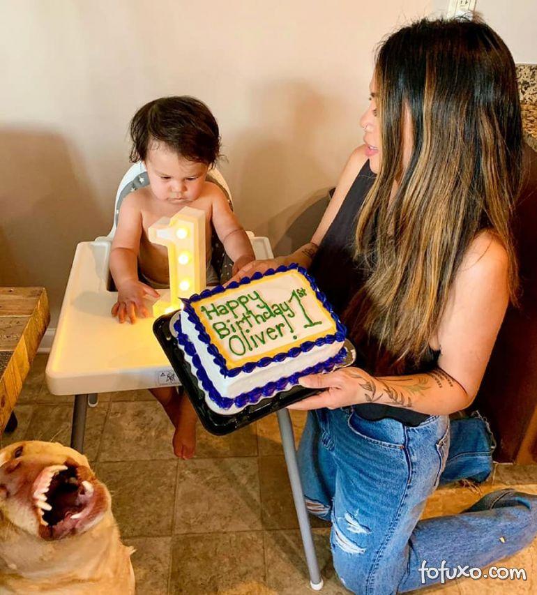 Cachorro lambe bolo de aniversário de criança